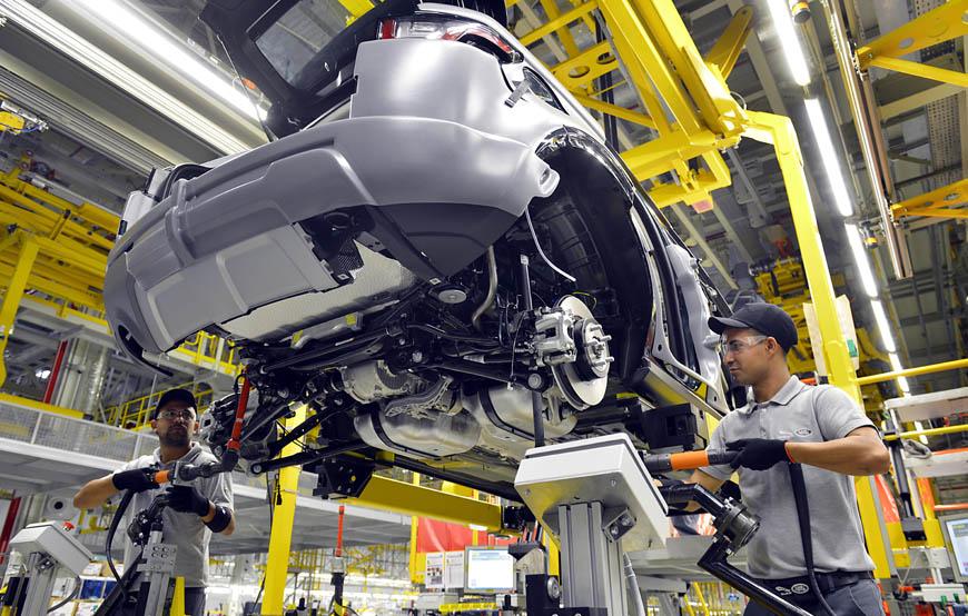 Montagem de um modelo Land Rover na fábrica de Itatiaia