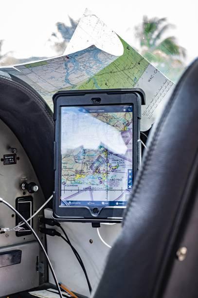 As cartas aeronáuticas de papel deram lugar a tablets. Por segurança, entretanto, sempre há cópias físicas no avião.