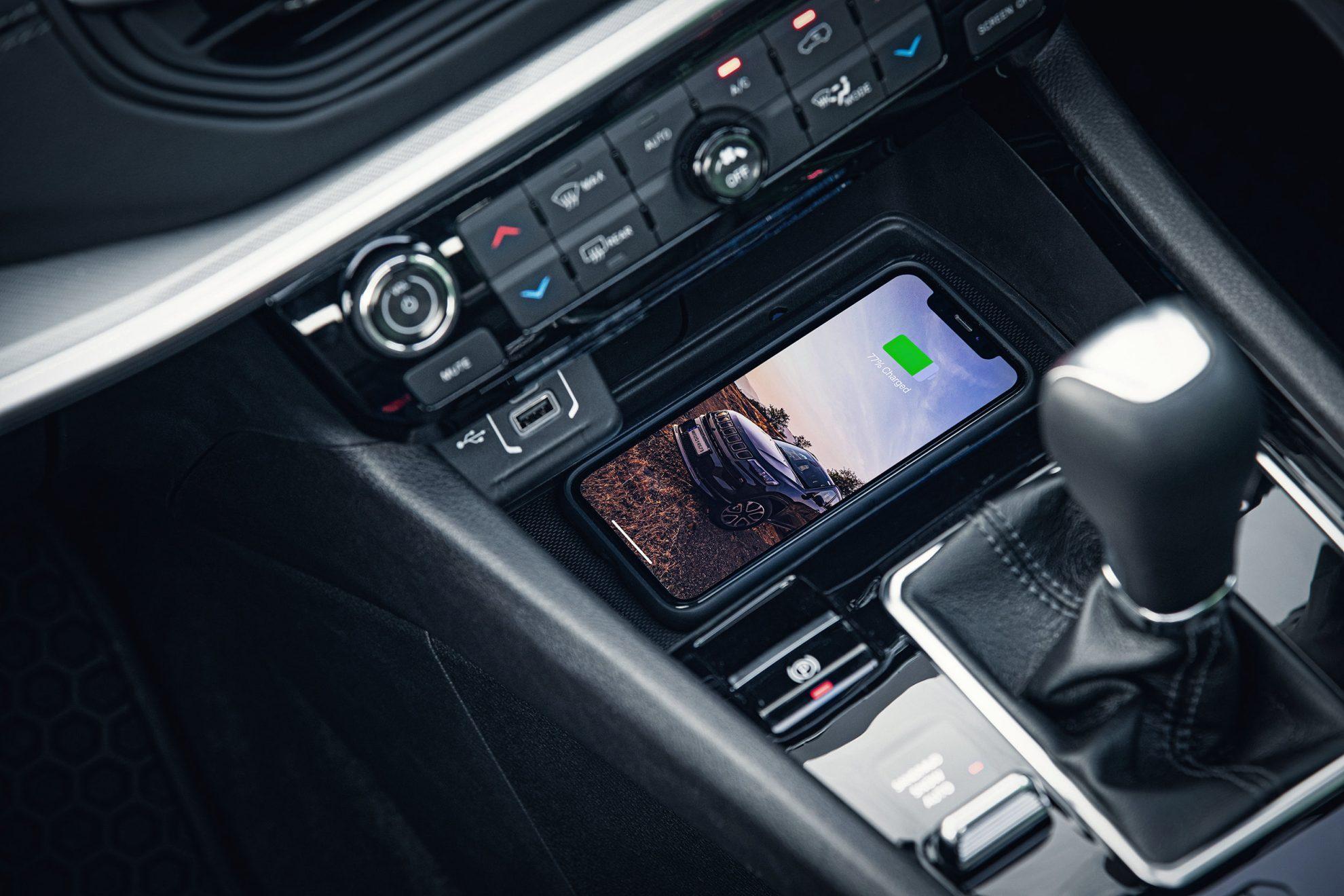 A porta USB continua, mas carregamento e conexão às interfaces Android Auto e Apple CarPlay poderão ser feitas sem fio