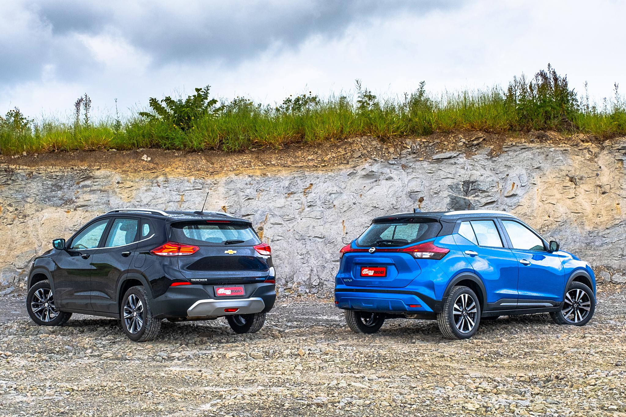 Os dois SUVs vistos de traseira