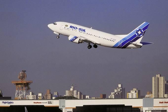 Boeing 737-500, da Rio-Sul, decolando do Aeroporto de Congonhas.