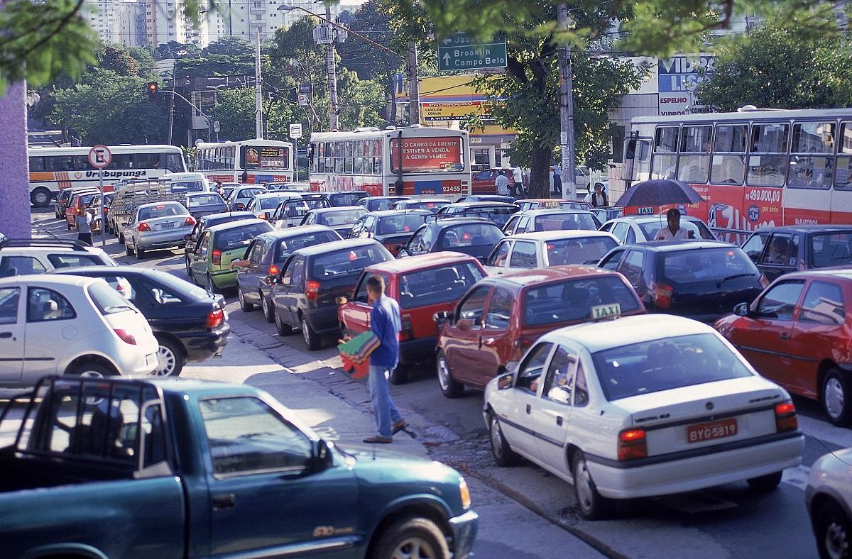 Congestionamento na Alameda dos Maracatins, em Moema.