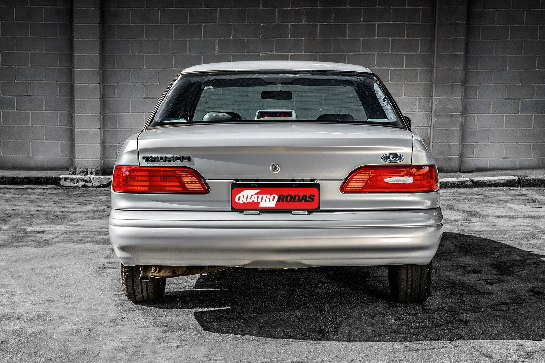 Ford Taurus GL 1994 traseira e lanternas.