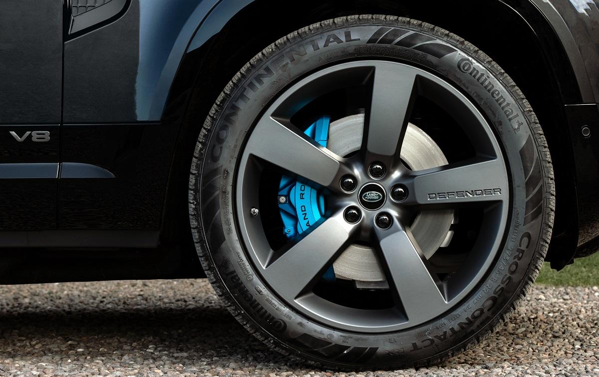 Freios em azul Xenon são marca registrada do Defender V8