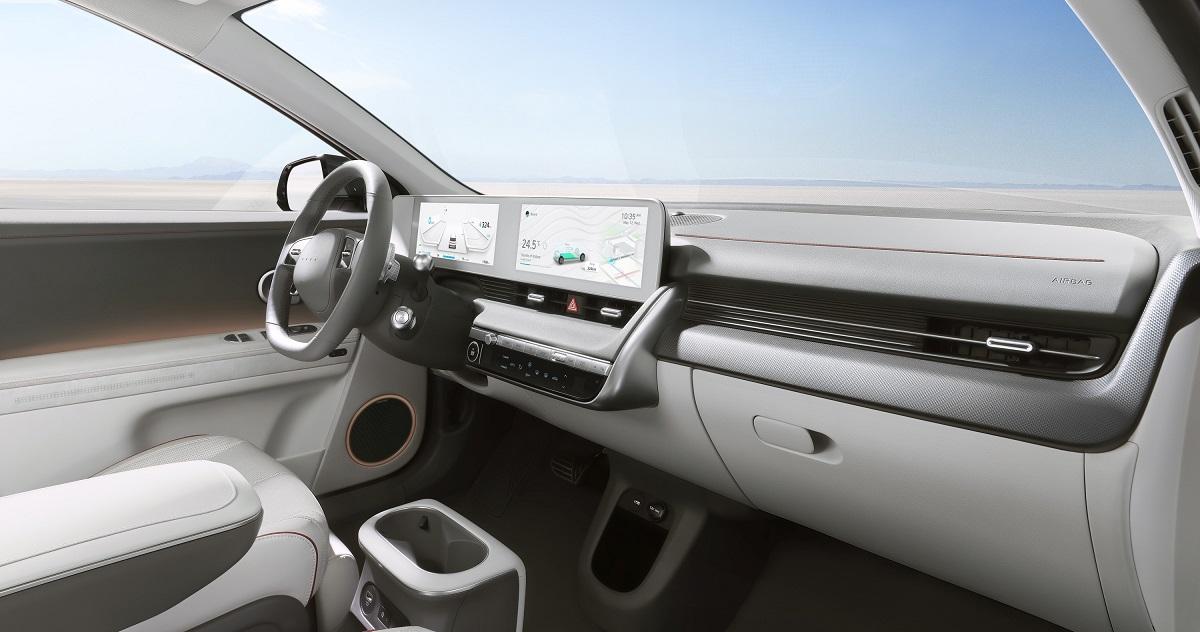 Há duas telas de 12 polegadas, sendo uma para o motorista e outra para central multimídia