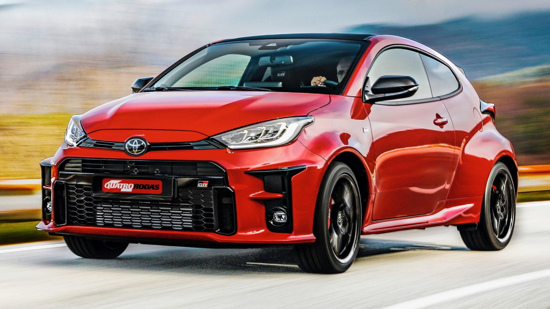 Toyota GR Yaris vermelho visto 3/4 de frente