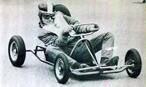 Tirar partido nas curvas é algo que todo motorista de Kart deve saber fazer. O corredor da foto usa o peso de seu corpo para auxiliar o veículo, numa curva