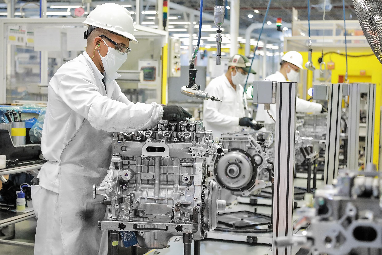 Na linha de montagem de motores, setor mais populoso da planta de motores da Honda o trabalho não para. São 19 motores prontos para funcionar a cada hora