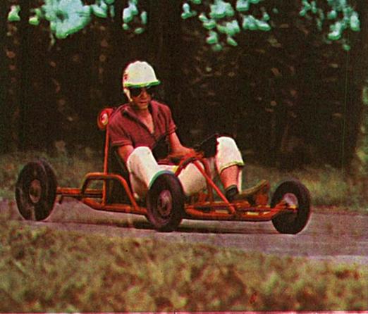 Indo a 80 quilômetros por hora, o motorista de um Kart tem a impressão de estar a 160. Talvez a pouca altura, o barulho estridente e a facilidade com que o carro derrapa lhe proporcionem esta sensação. No Brasil, o esporte é novidade e começa a ficar conhecido