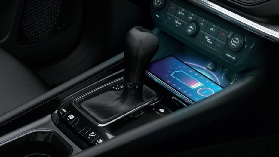 Espaço do carregador por indução é pensado em smartphones de todos os tamanhos