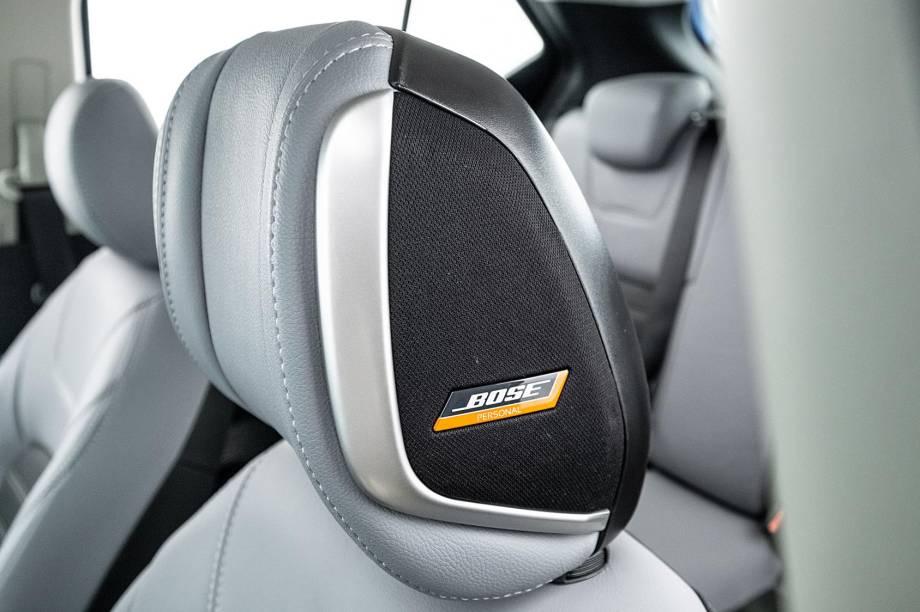 No encosto de cabeça do motorista há dois alto-falantes Bose