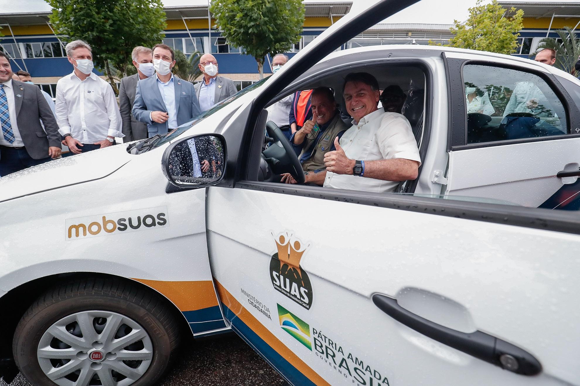 (Florianópolis - SC, 04/02/2021) Presidente da República Jair Bolsonaro, posa para fotos com motoristas e inspeciona automóveis do sistema MOBSUAS.Foto: Alan Santos/PR