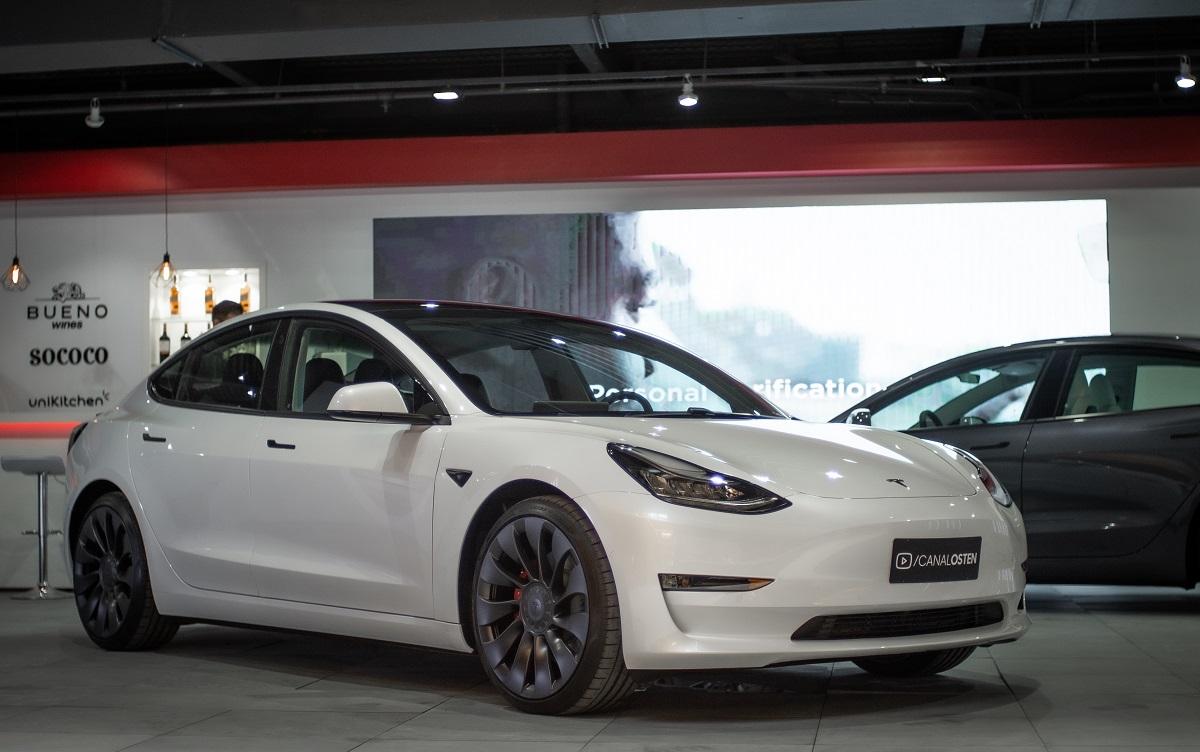 Dois Model 3 Performance já estão em exposição no bairro paulistano dos Jardins