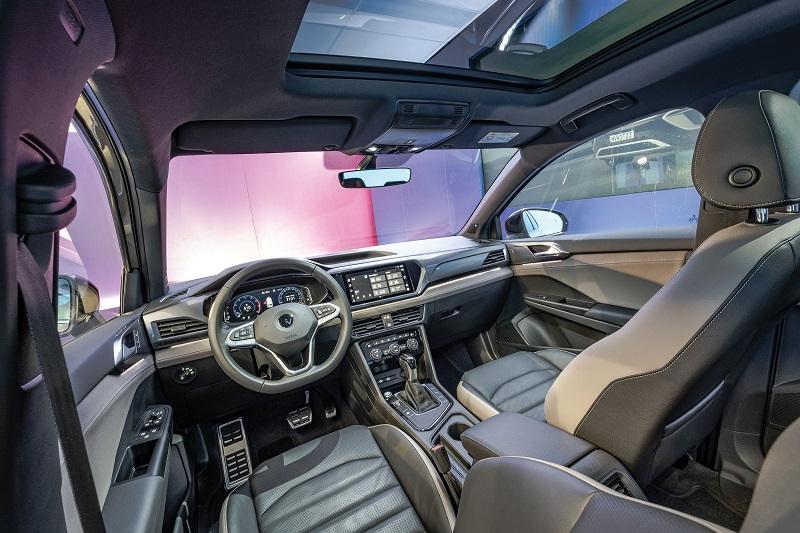 O volante é igual ao do Golf 8 e os materiais de acabamento têm padrão de qualidade superior ao de outros modelos da marca
