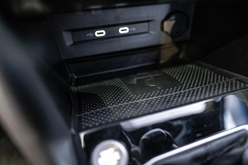 No console, há tomadas USB do tipo C e carregador por indução
