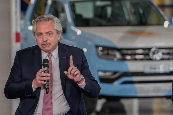 Alberto Fernandéz na fábrica da Volkswagen