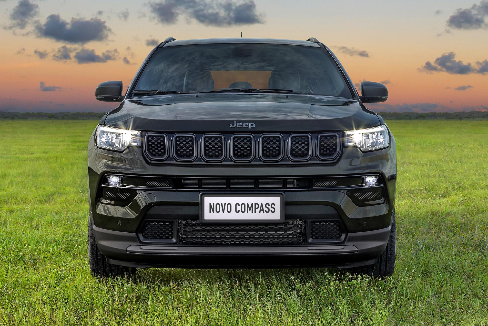 dianteira do Jeep Compass 2022 80 anos