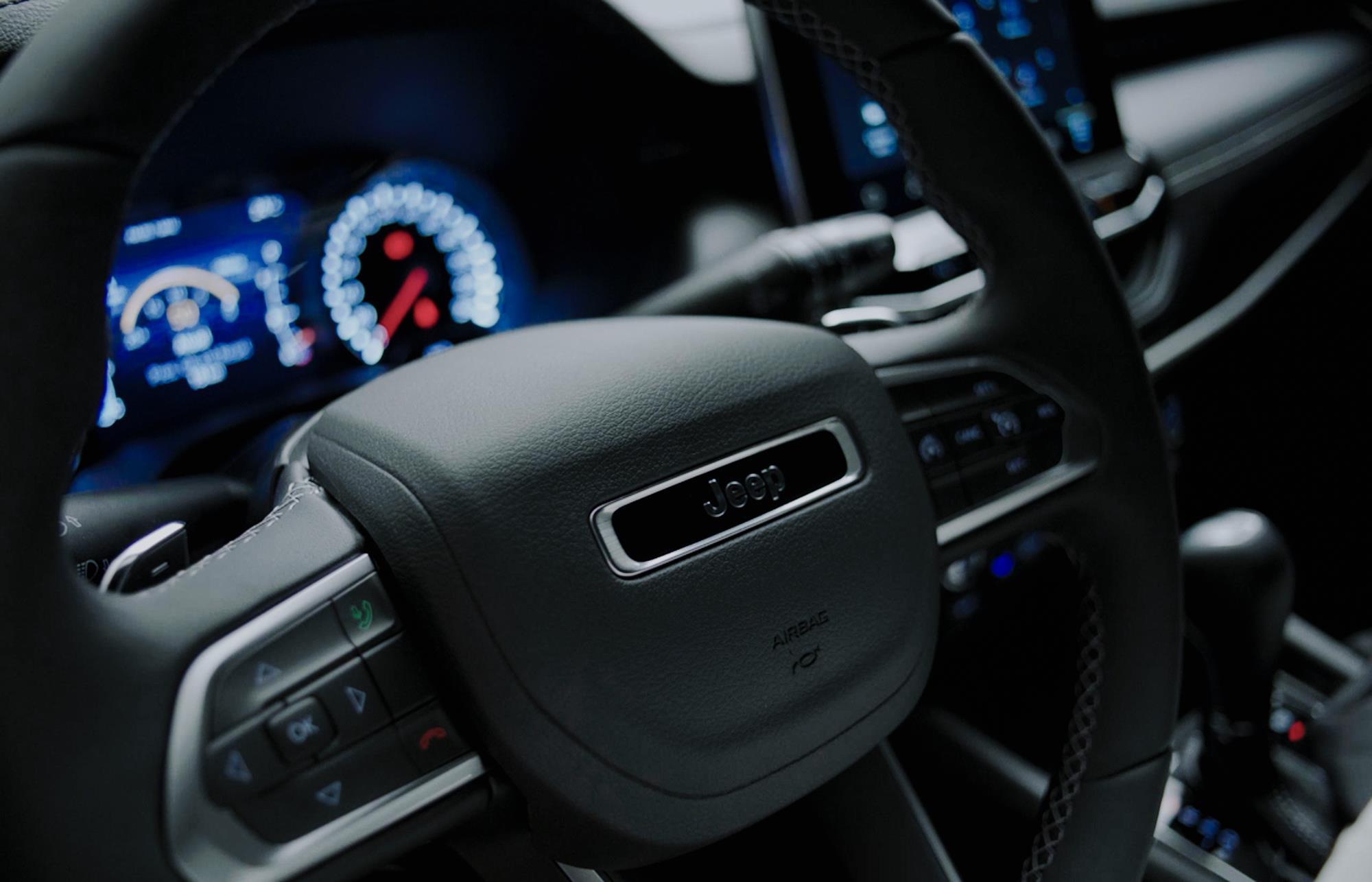 volante do Jeep Compass 2022 80 anos