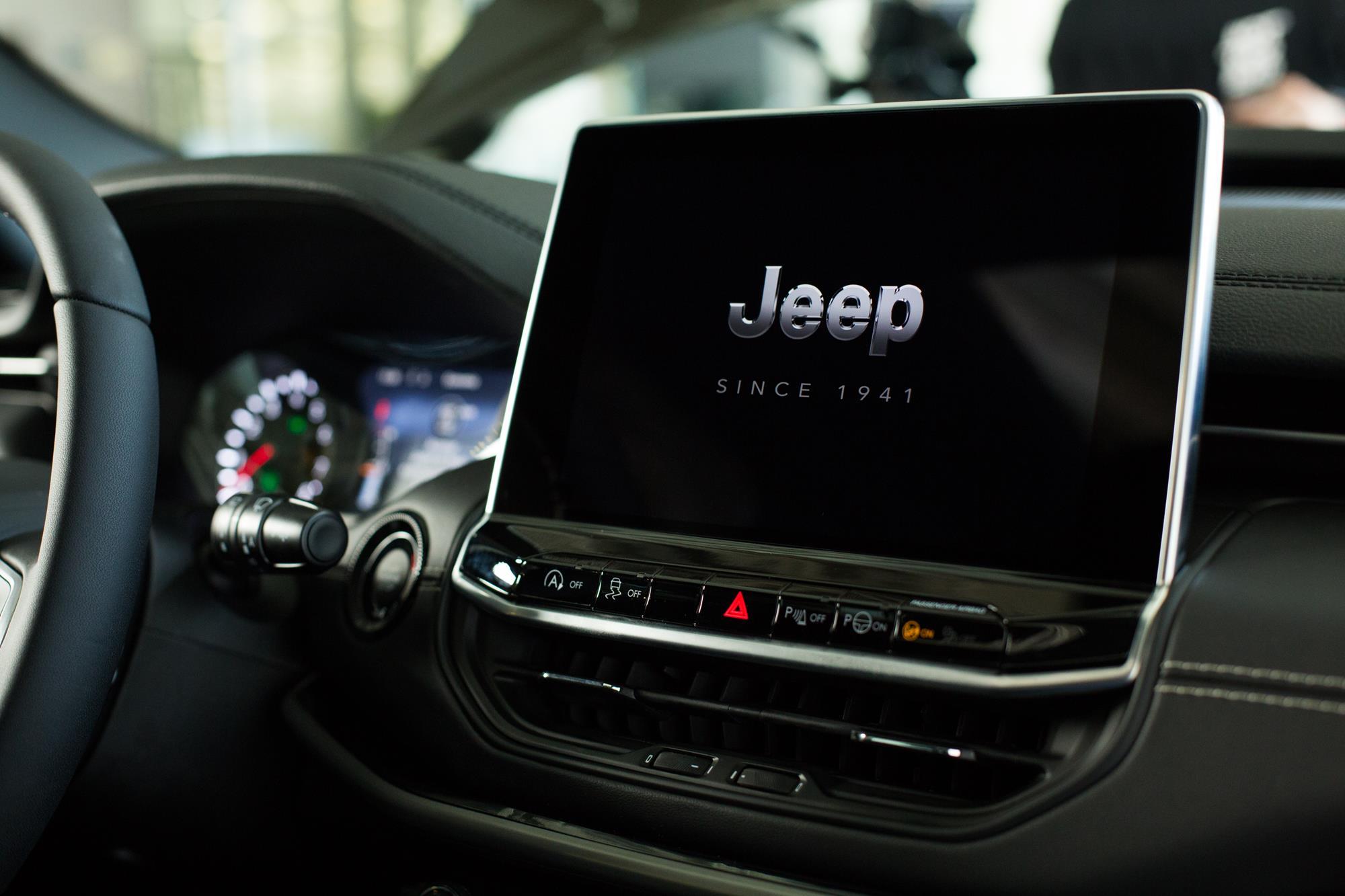 central multimídia do Jeep Compass 2022 80 anos