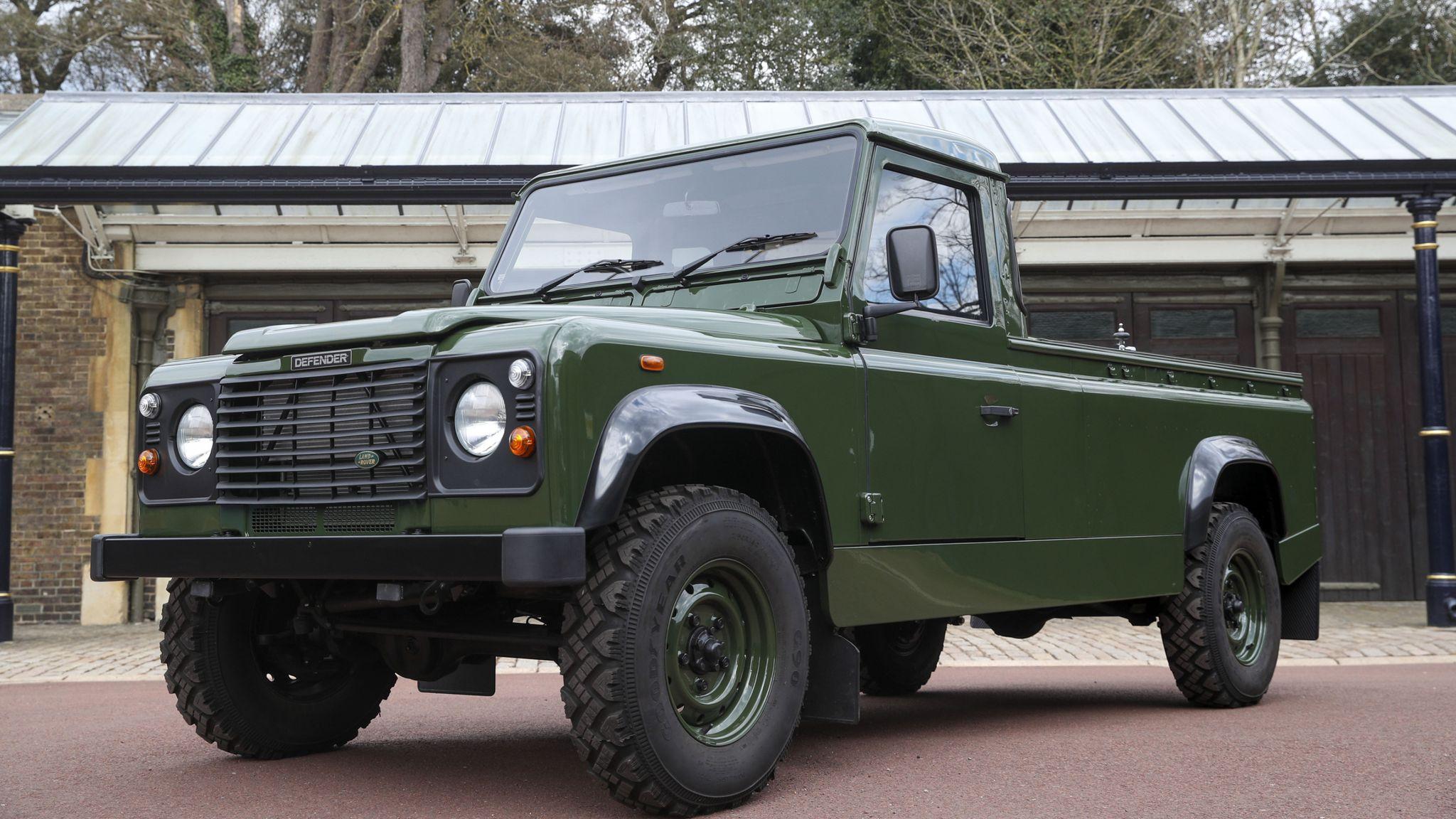 Não é a combinação mais comum, mas Land Rover tratou de criar Defender que servisse tanto para caça esportiva quanto para velórios. Não à toa, foram 16 anos de trabalho
