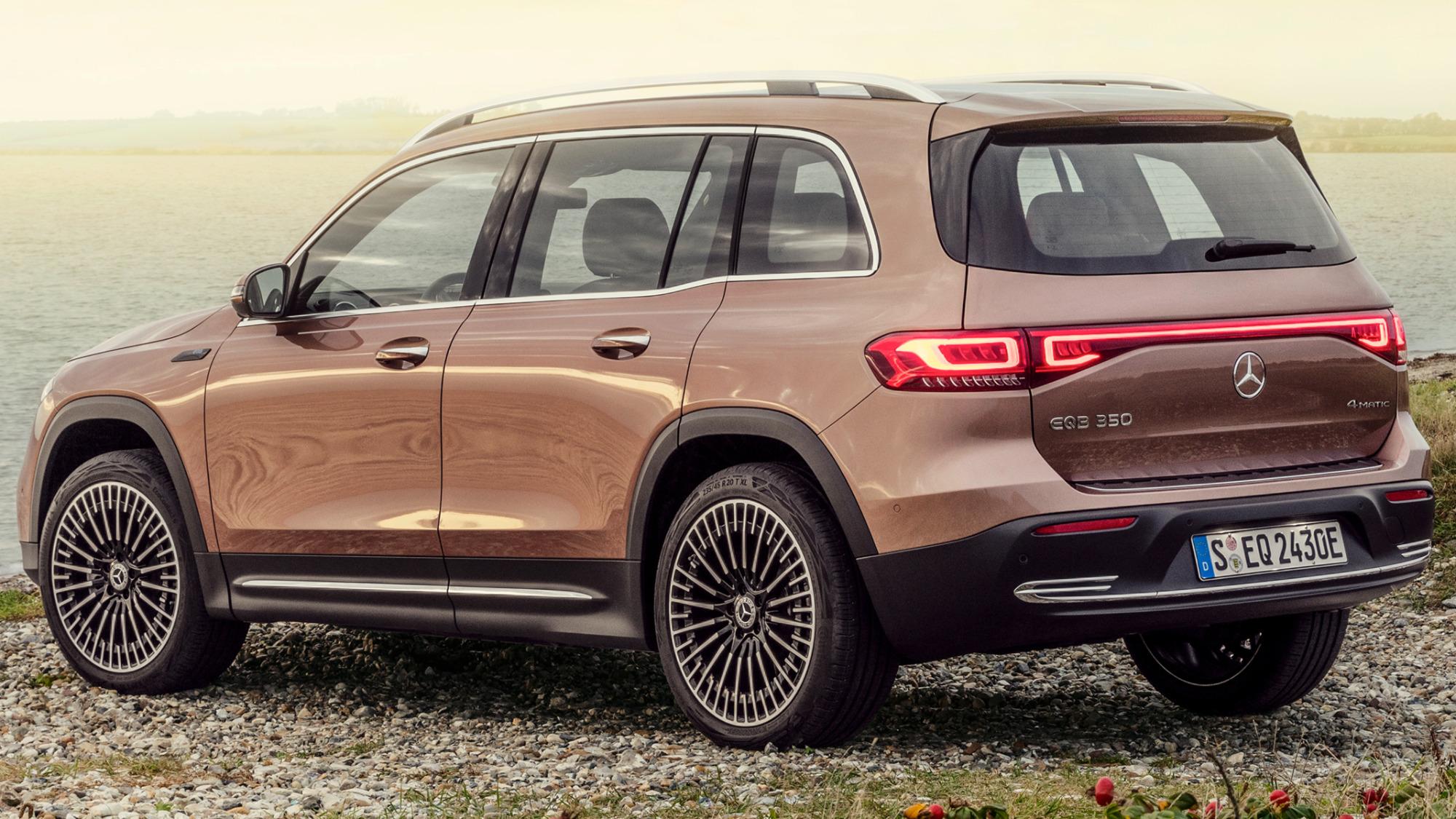 Mercedes-EQ EQB marrom visto 3/4 de trás