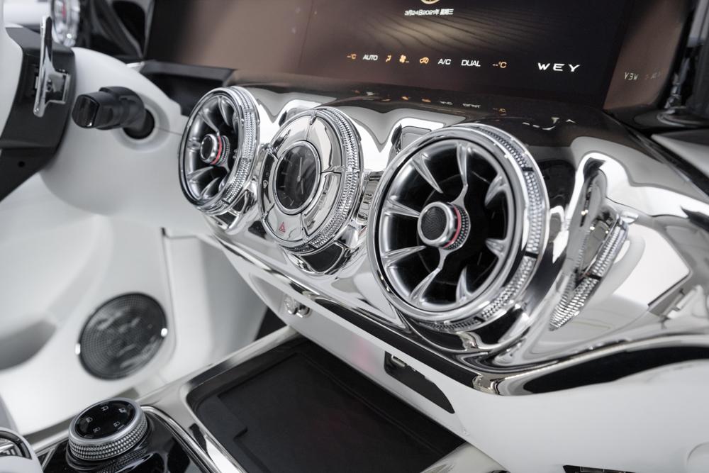 Se você gosta da estética cyberpunk o interior do SUV irá te agradar