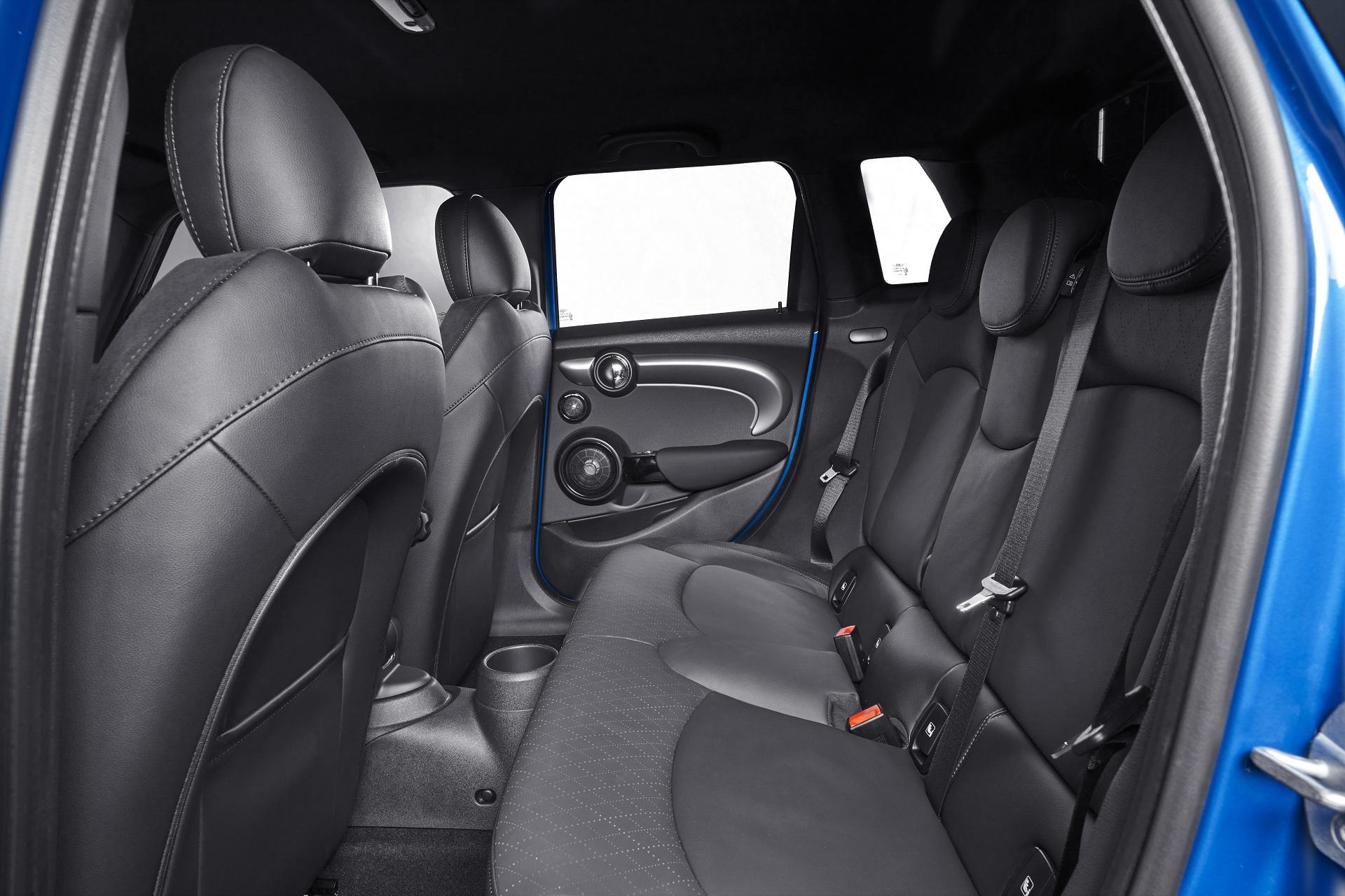 Segunda fileira do Mini Cooper S de cinco portas não é um show de espaço. Mas, convenhamos, você compraria um Mini pensando nisso?