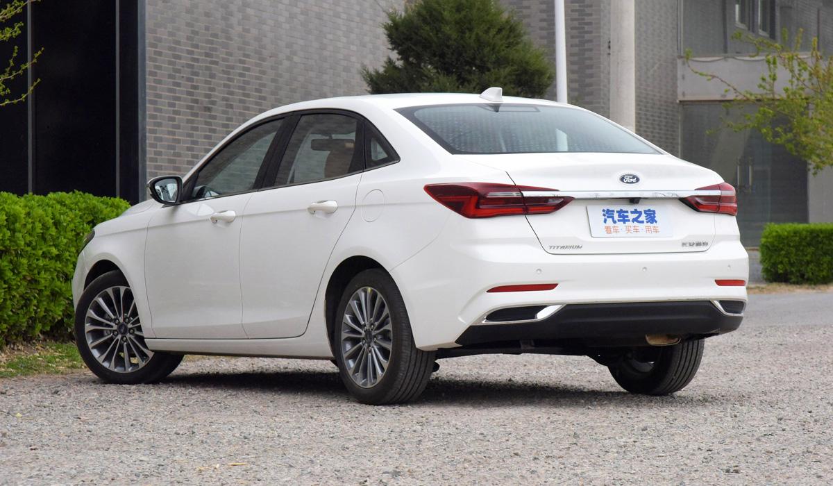 Ford Escort branco traseira