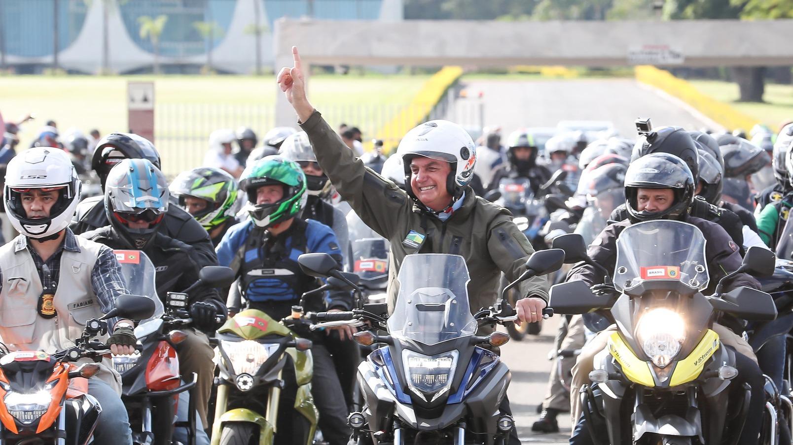 Bolsonaro andando de moto