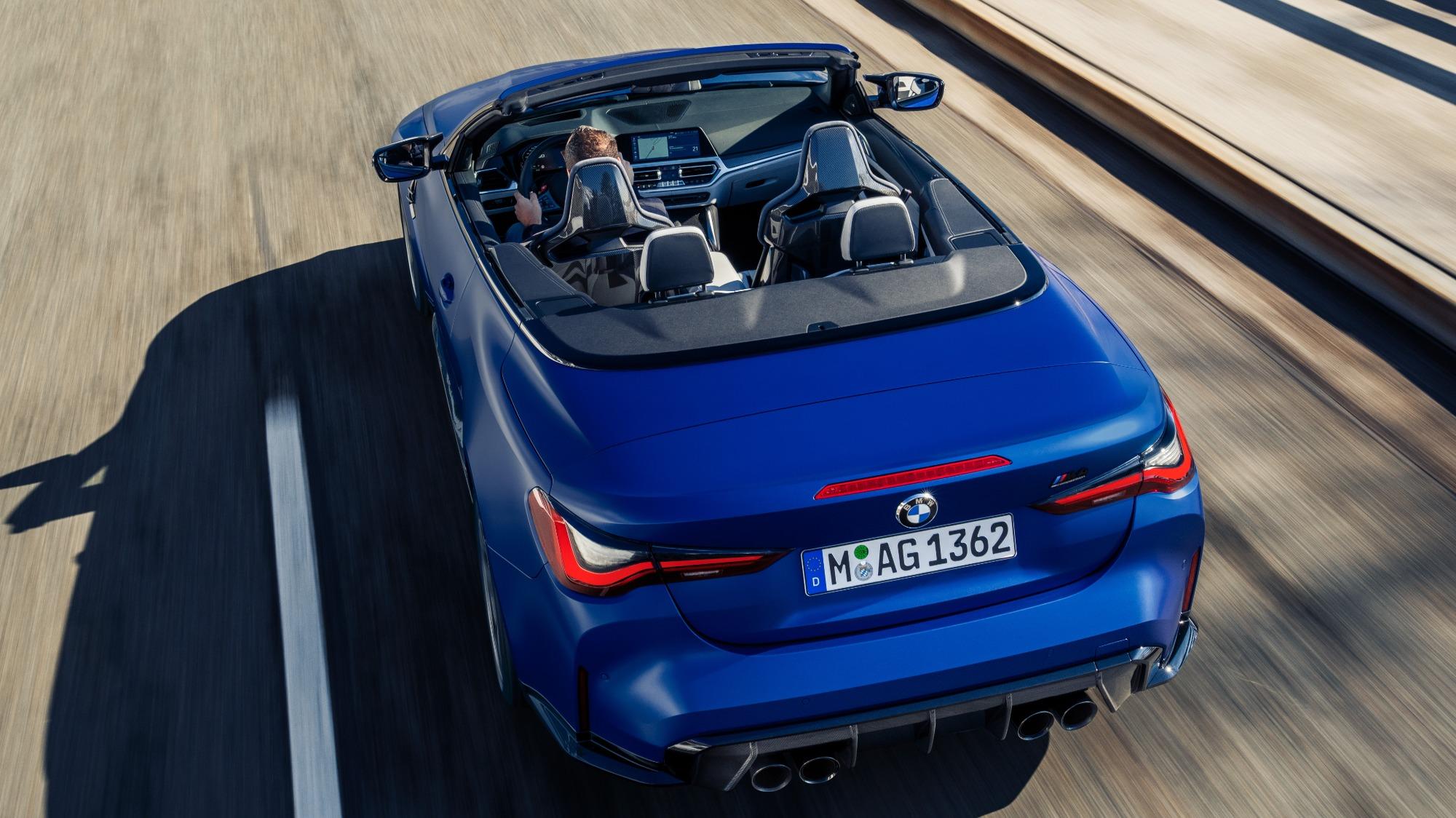 BMW M4 Competition 2022 conversível azul visto por trás em imagem aérea