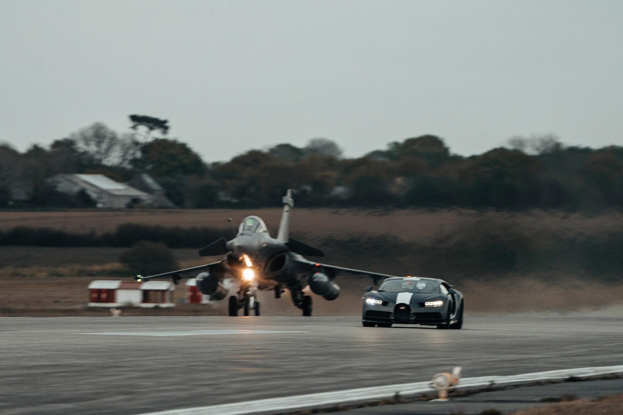 Bugatt Chiron Les Legends du Ciel contra Dassault Rafale Marine rolagem