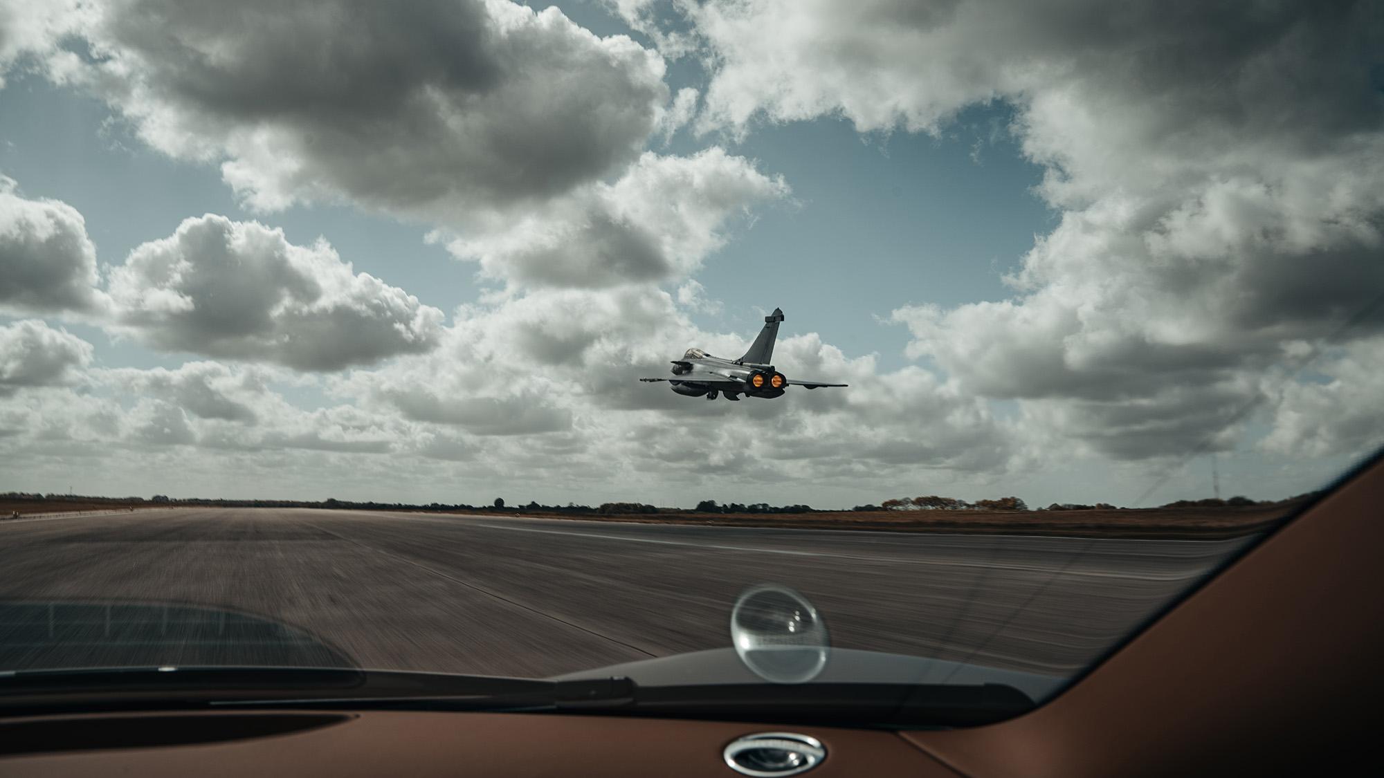 Bugatt Chiron Les Legends du Ciel contra Dassault Rafale Marine vista do carro
