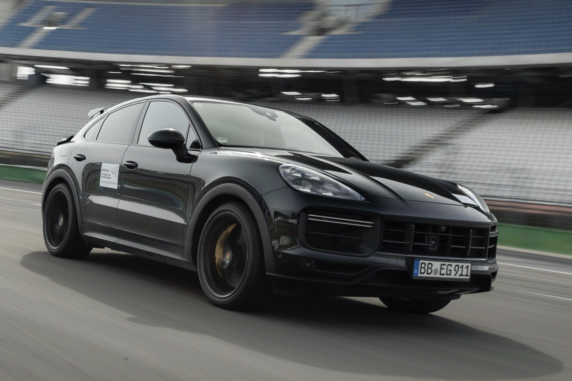 Porsche Cayenne Coupé Turbo preto visto 3/4 de frente