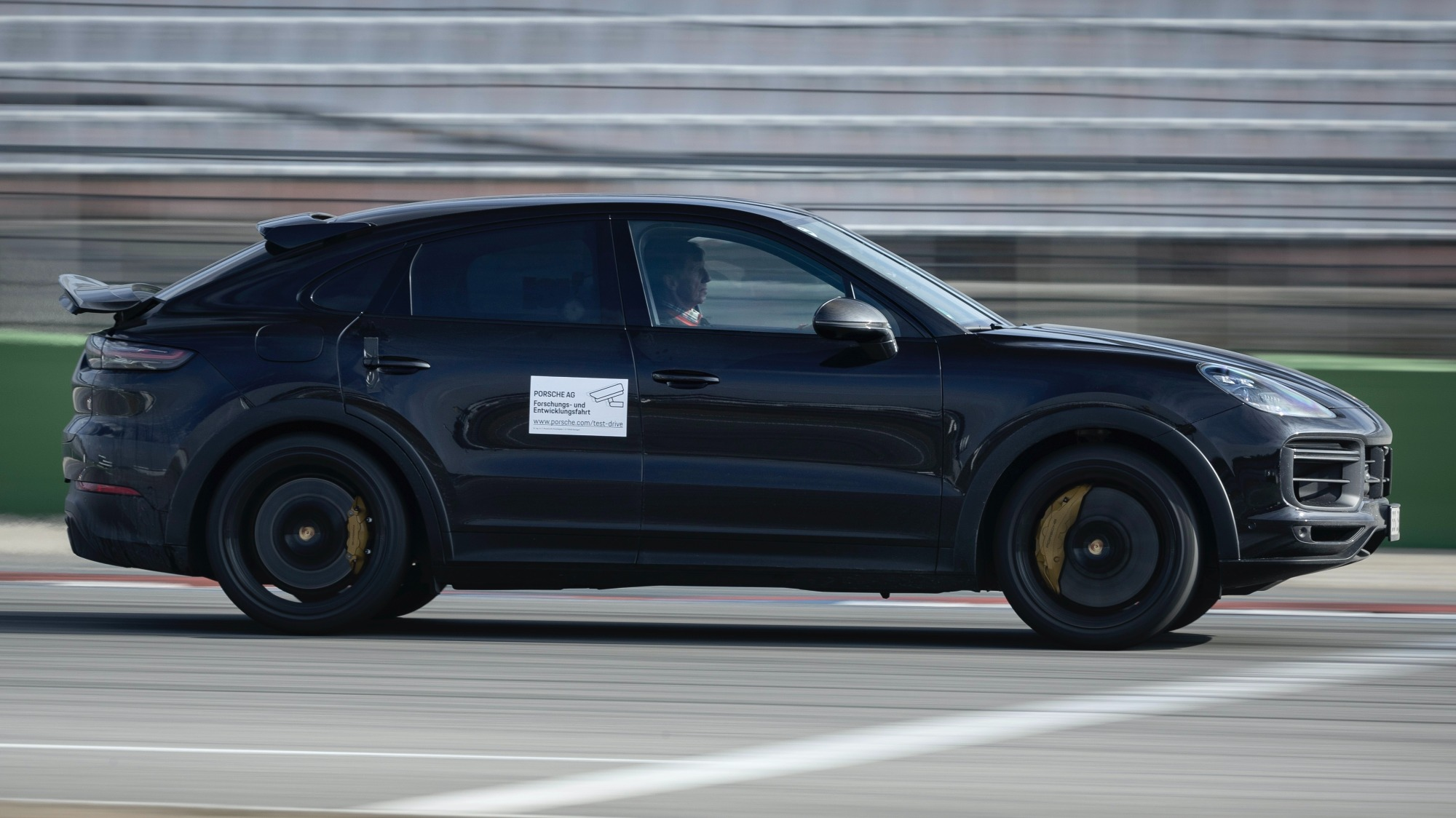Porsche Cayenne Coupé Turbo preto visto de lado