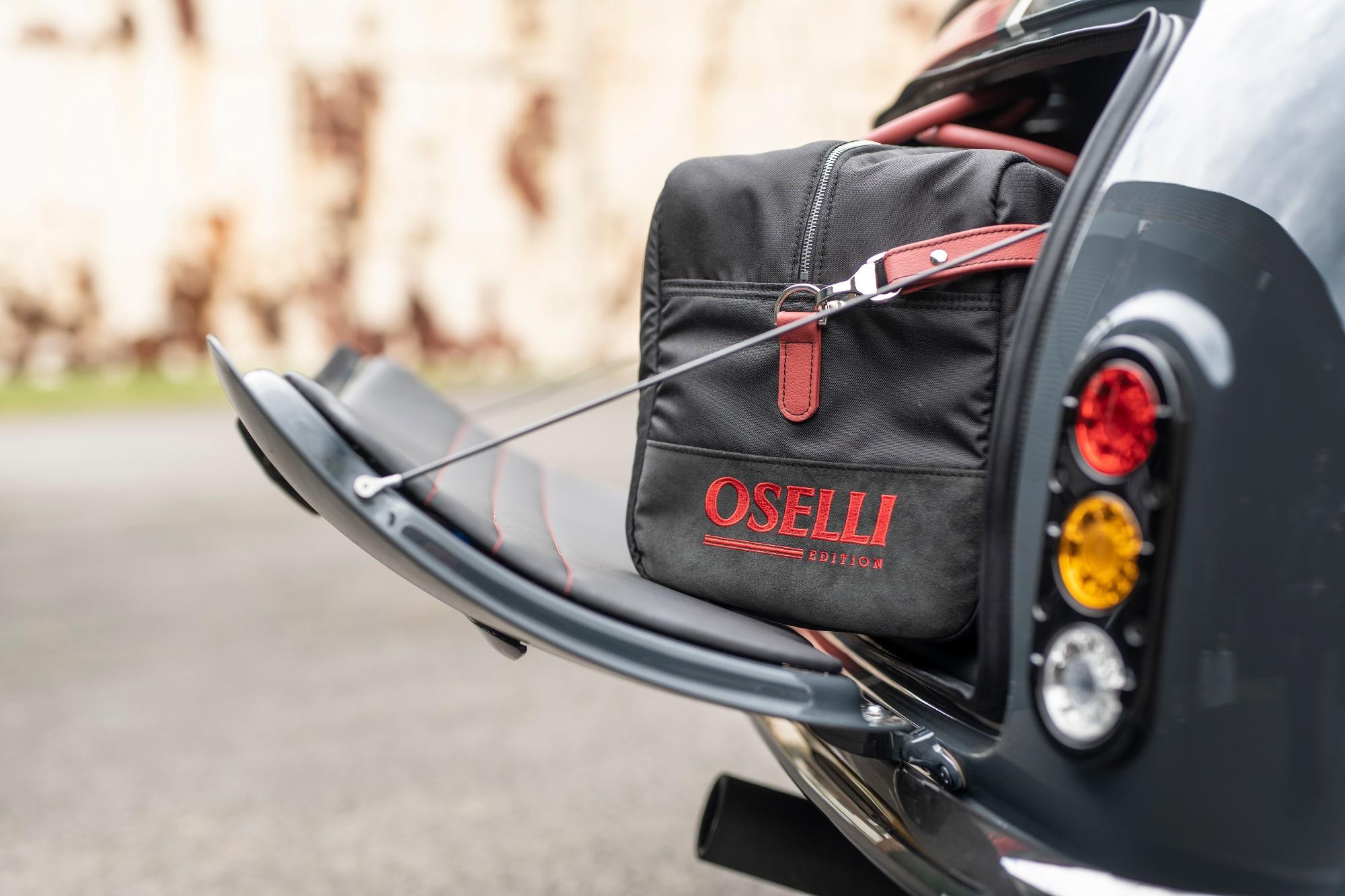 Porta-malas do Mini Remastered Oselli Edition visto de lado