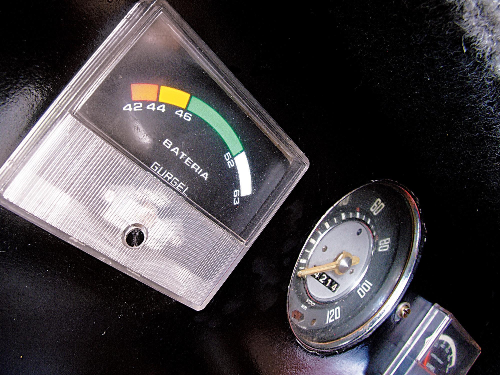 Voltímetro do Itaipu, automóvel elétrico da Gurgel, testado pela revista Quatro Rodas.