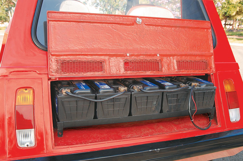 Baterias do Itaipu, automóvel elétrico da Gurgel, testado pela revista Quatro Rodas.