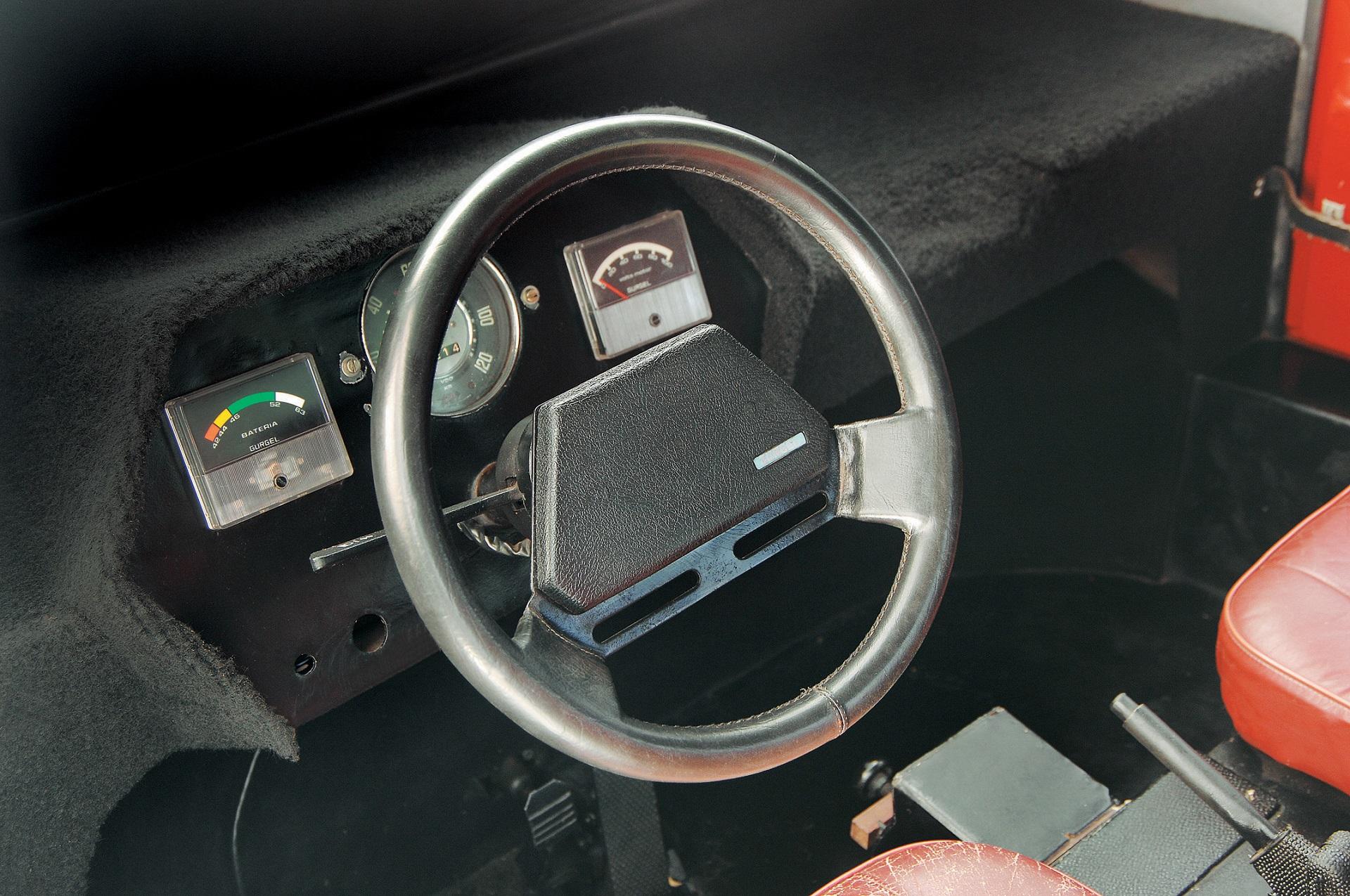 Interior do Itaipu, automóvel elétrico da Gurgel, testado pela revista Quatro Rodas.
