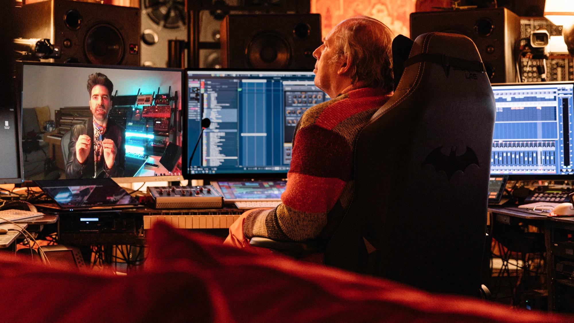 Compositor Hans Zimmer visto de costas em sua mesa