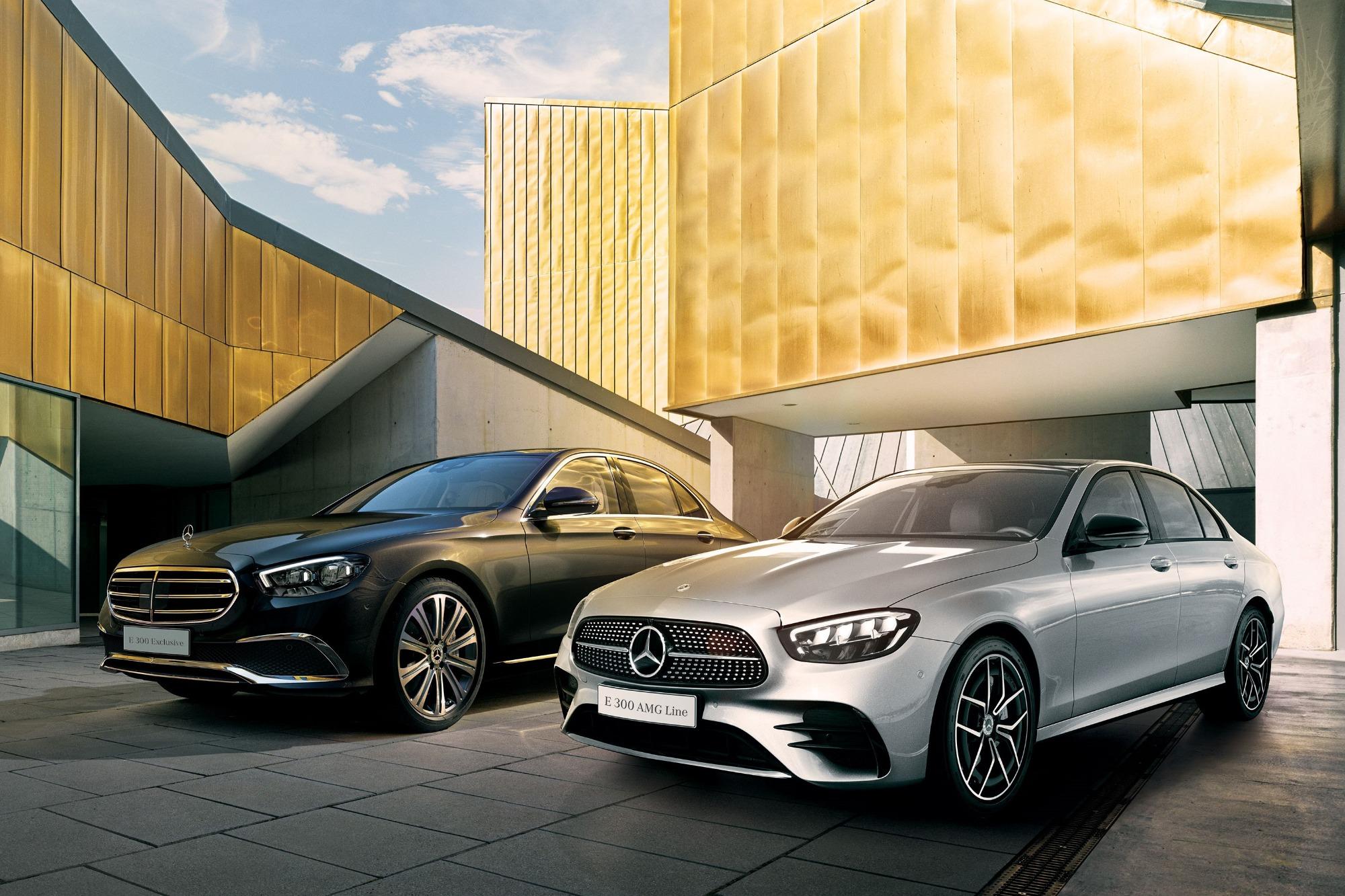 Mercedes-Benz Classe E prata e preto vistos 3/4 de frente