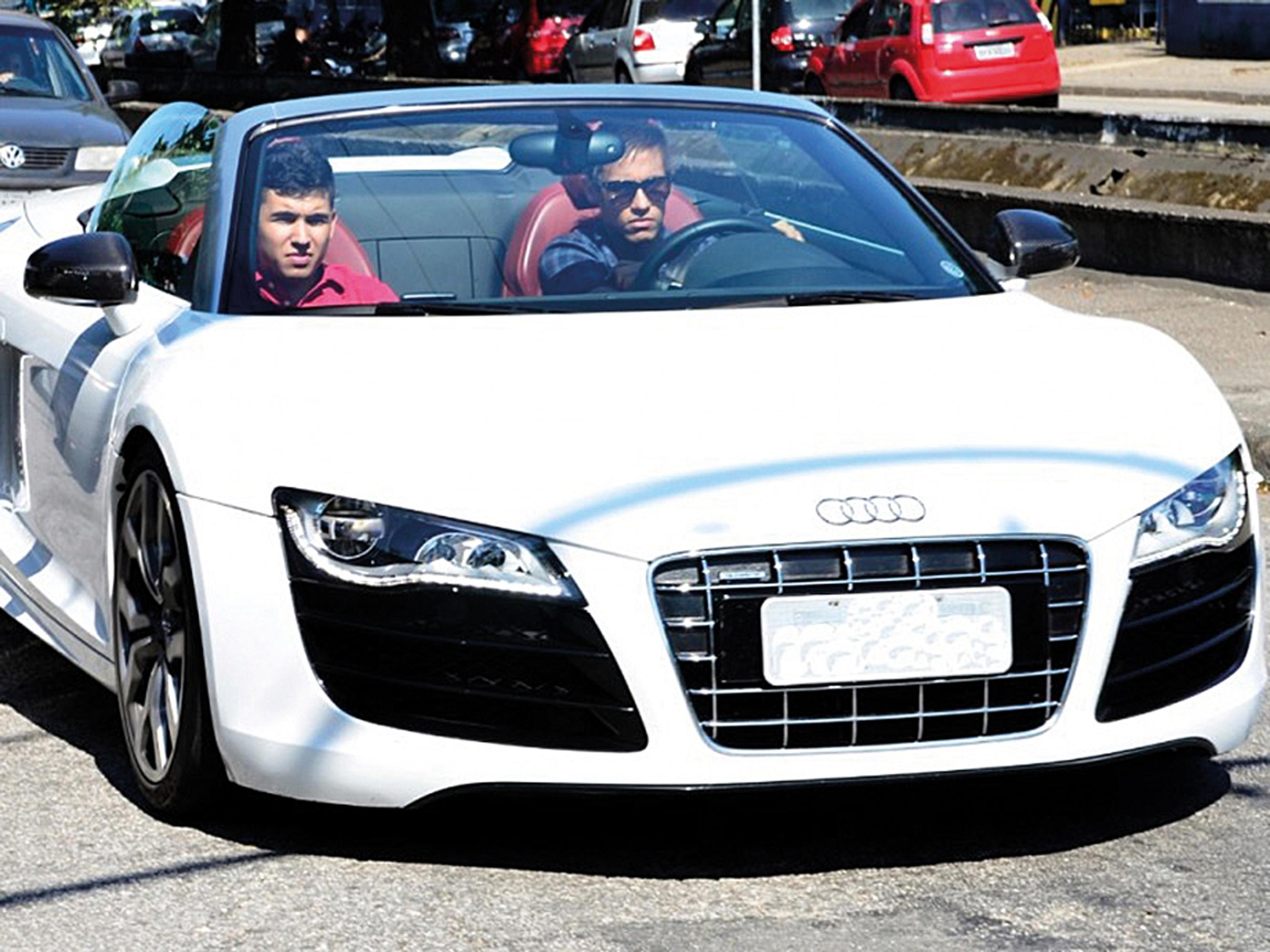 Neymar-some-com-Audi-R8-Spyder-emprestado-800x600-1.jpg