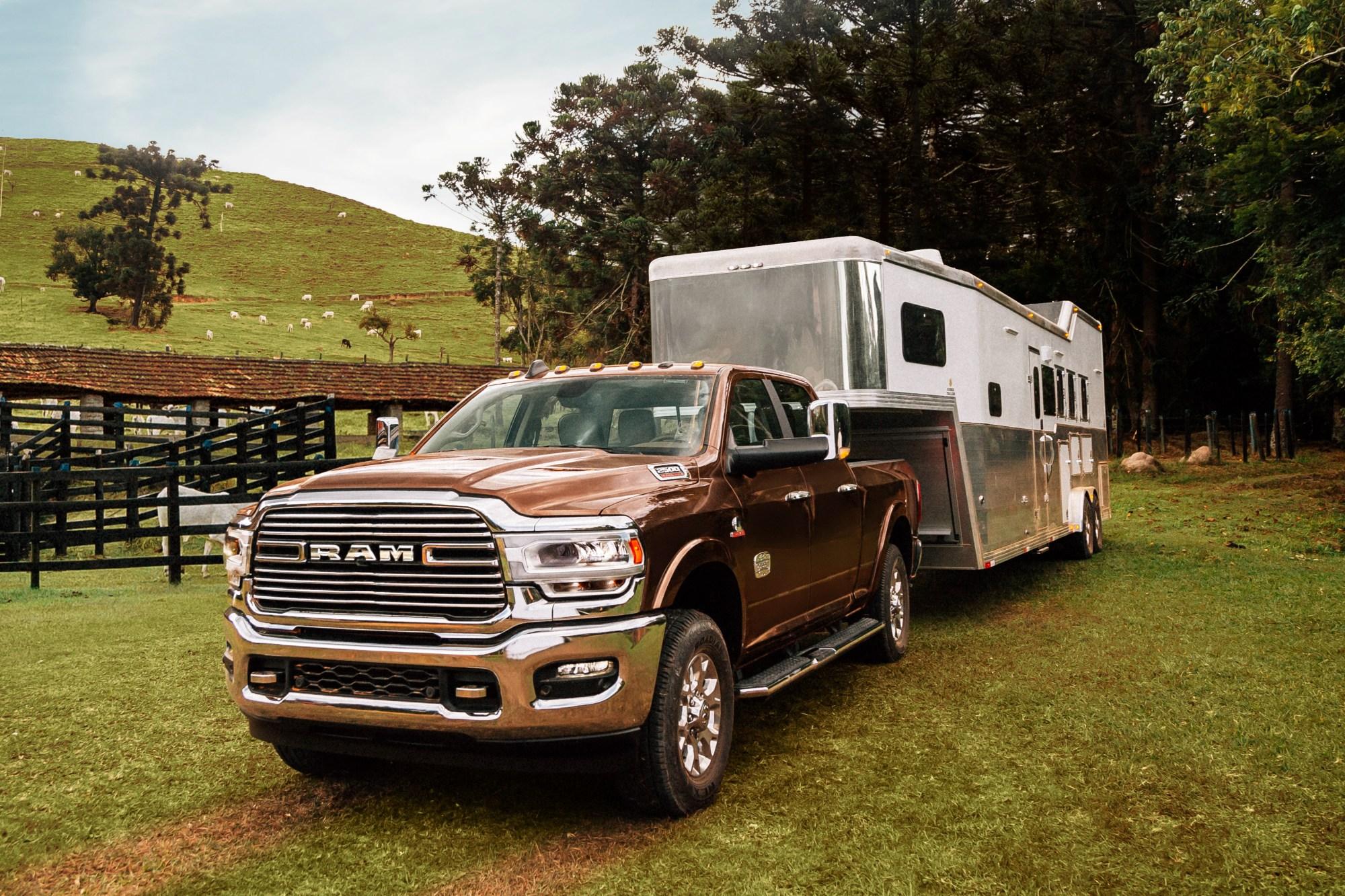 Ram 2500 Rodeo marrom vista 3/4 e frente com trailer