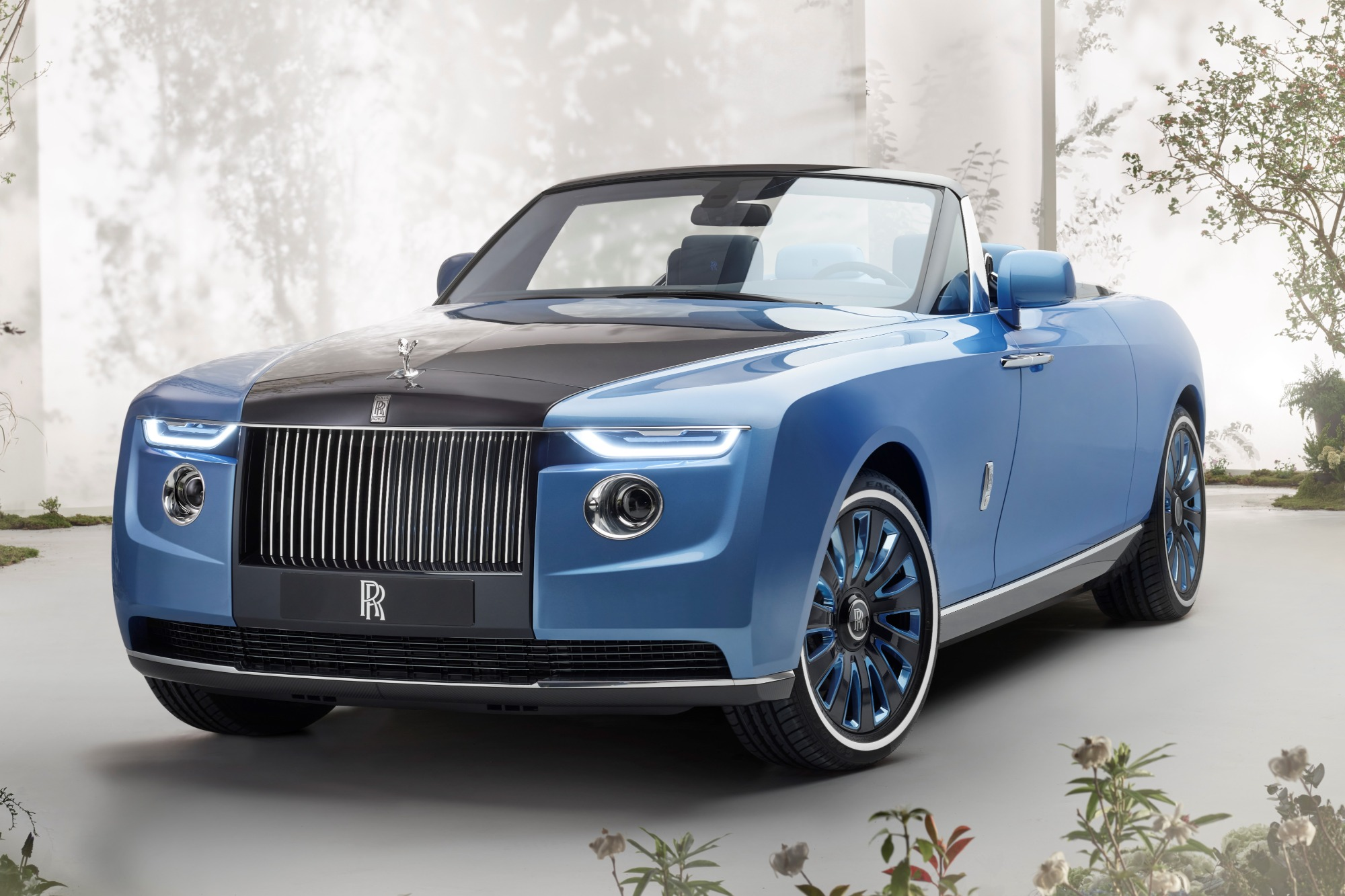 Rolls-Royce Boat Tail conversível azul visto 3/4 de frente