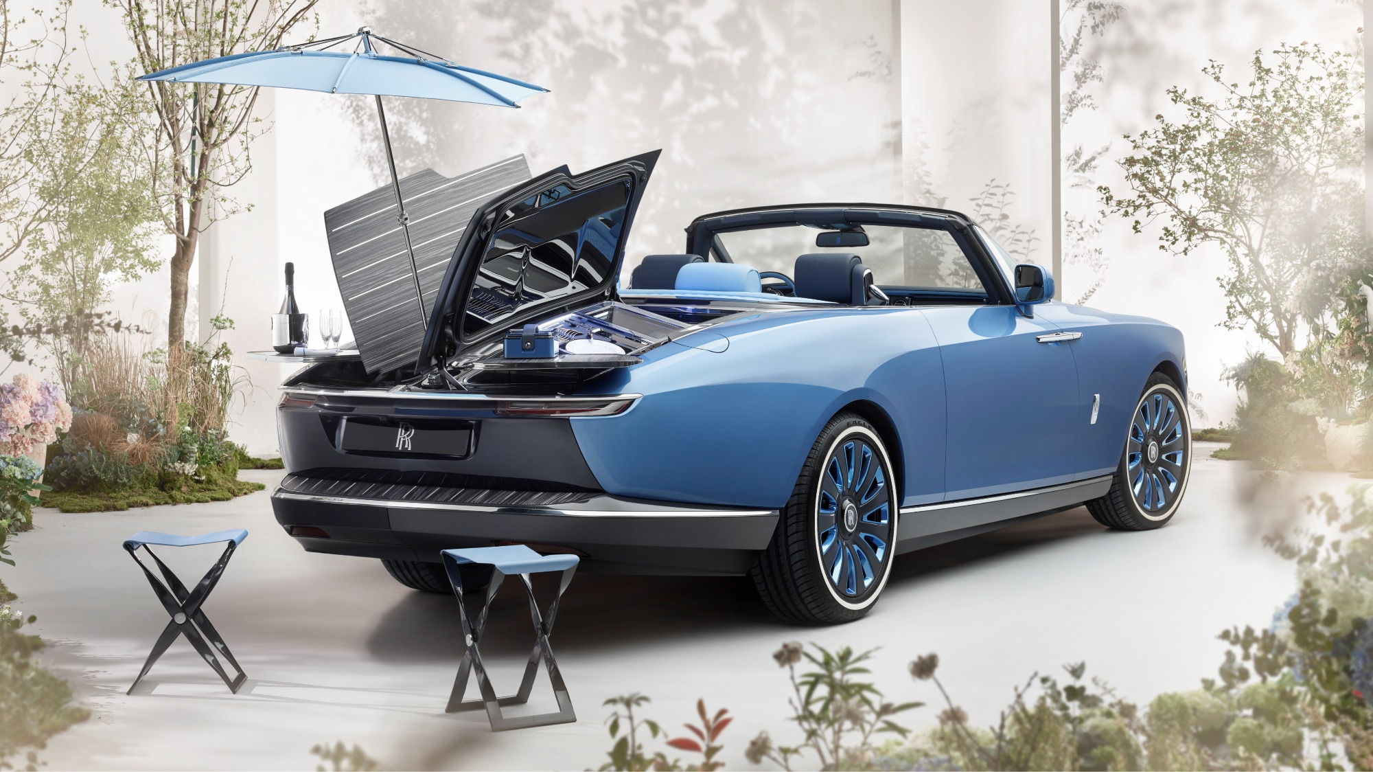 Rolls-Royce Boat Tail conversível azul visto por trás