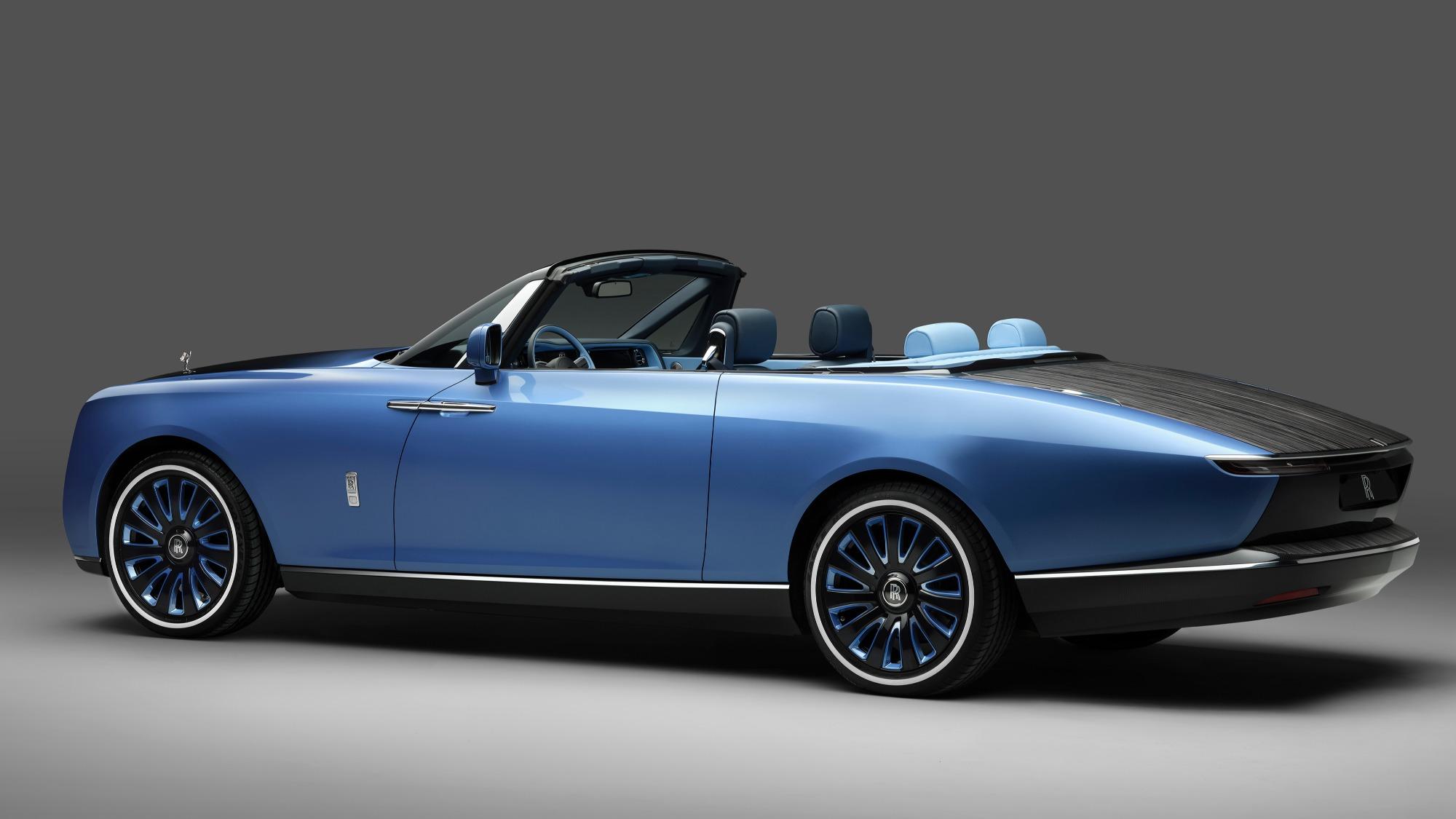 Rolls-Royce Boat Tail conversível azul visto 3/4 de trás