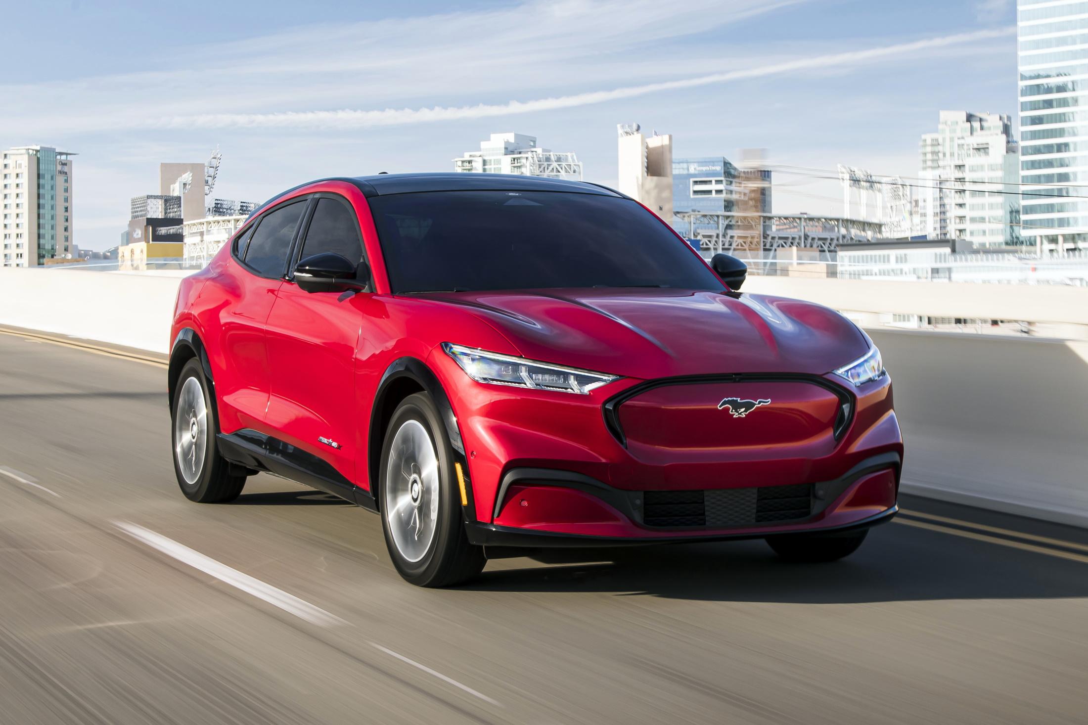 Mustang Mach-E vermelho visto de frente