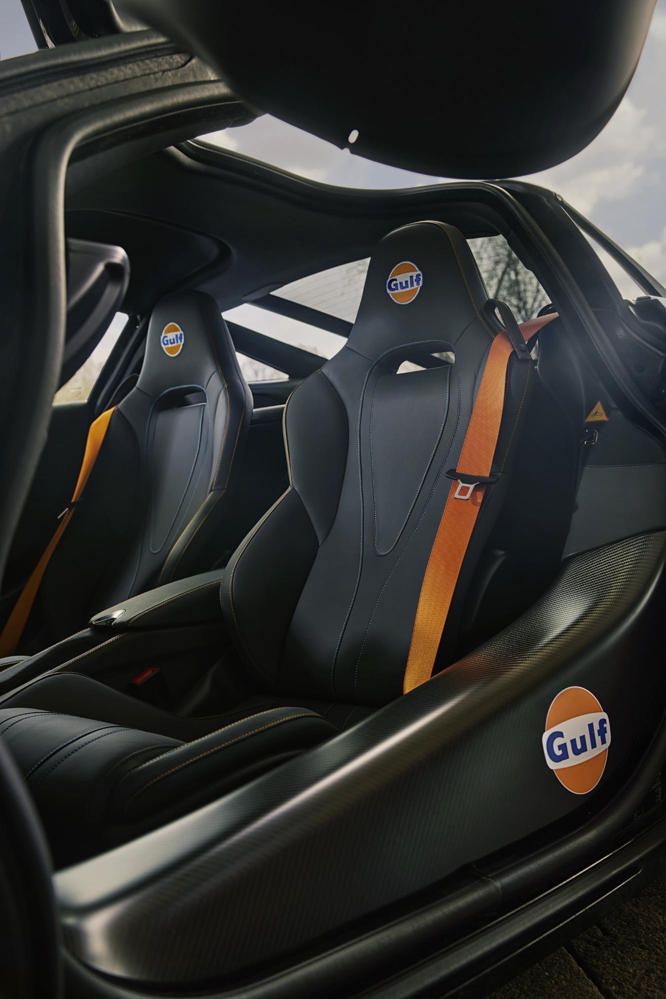 Banco do McLaren 720S visto 3/4 de frente com detalhes em laranja