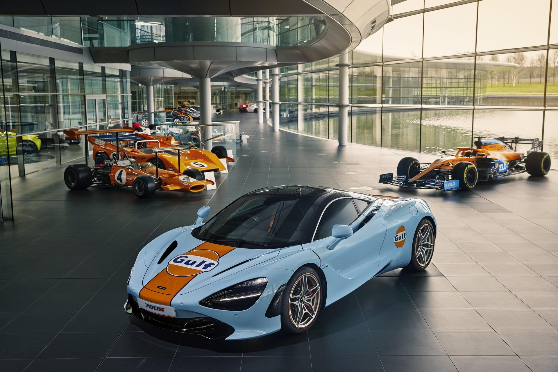 McLaren 720S de 3/4 de frente azul e laranja em salão