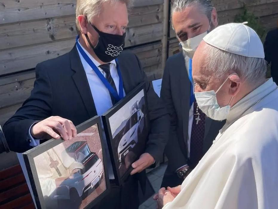 Henrik Fisker mostra primeiro papamóvel elétrico ao Papa Francisco