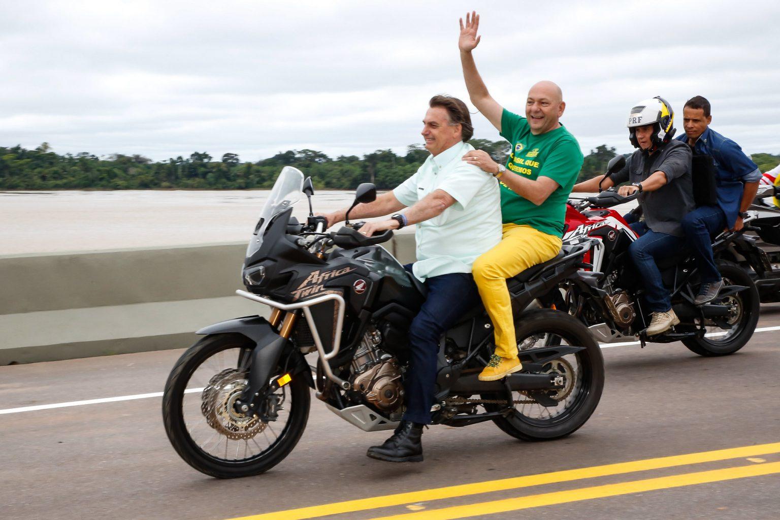 Presidente andando de moto